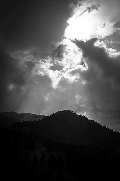 Kiental; ein Lichtstrahl scheint durch die Regenwolken.