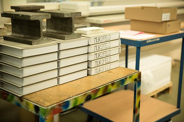Beschwerte Bücher, die zum Trocknen über Nacht stehen gelassen werden