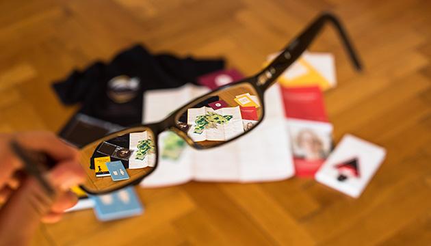 Update manuele, Beitragsbild mit vielen meiner Produktionen, die durch eine Brille fotografiert sind