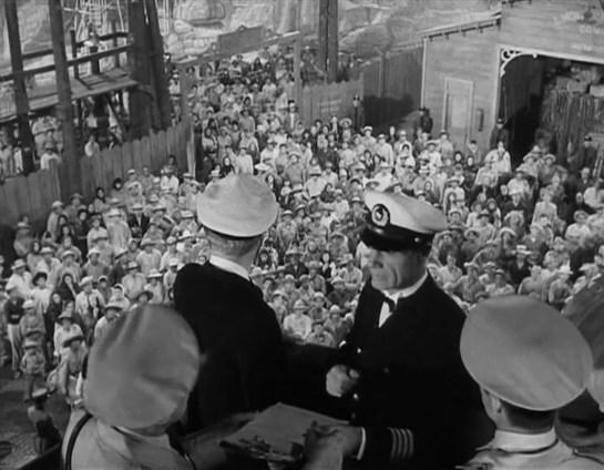 Los emigrantes canarios se agolpan en un puerto cubanos para ser repatriados en el barco alemán Vera.