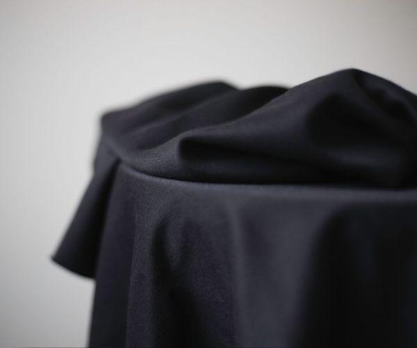 nachhaltiger Tencelstoff schwarz meet milk Meterware Lyocell 2 <h3>Komplettpaket DIY-Nähkit:</h3> <ul> <li>1,8 Meter Tencel Stoff in der Farbe Schwarz</li> <li>0,5 Meter Bügeleinlage</li> <li>0,5 Meter 20mm Gummiband in der Farbe Schwarz</li> <li>Papierschnittmuster für die Größen XS - XL</li> <li>E-Book mit ausführlicher Schritt-fürSchritt-Anleitung</li> <li>ausgedruckte Kurzanleitung</li> </ul> <strong>Bitte beachte: es handelt sich um kein fertiges Produkt!</strong>