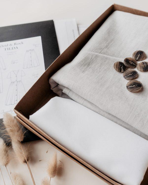 nachhaltiges DIY Naehset Naehkit Leinenstoff Hellgrau Naehkit Naehbox E Book Schnittmuster Langes Kleid Rock 2 scaled