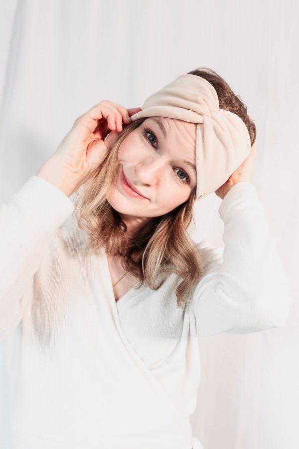 Nachhaltiges Stirnband RUFFLE IVORY BEIGE Biobaumwolle handgefertigt in Deutschland Nicky Beige 6 scaled <ul> <li>Handgefertigt in Deutschland</li> <li>100% Baumwolle (Bio)</li> <li>vegan</li> </ul>