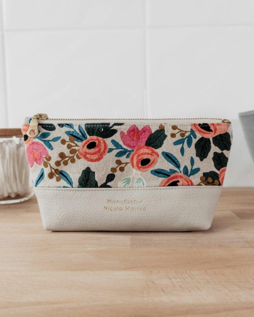 nachhaltige Kosmetiktasche im floralen Design