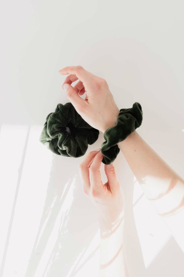 Scrunchies in Grün am Arm Trend 2021