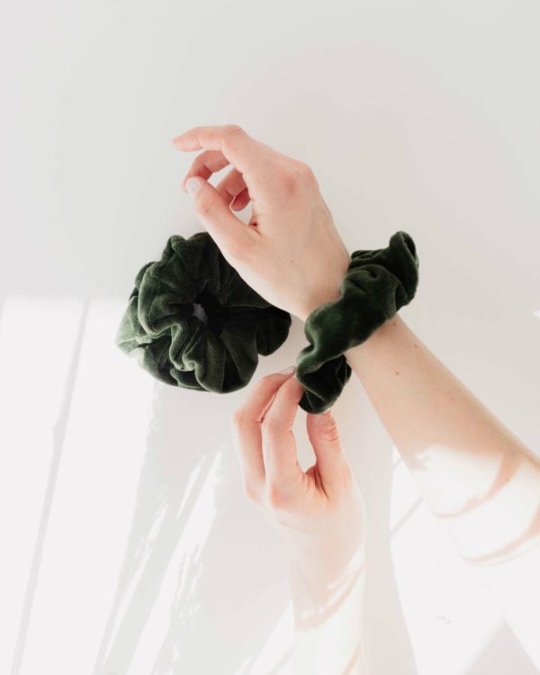 Scrunchies in Grün am Arm Trend 2021