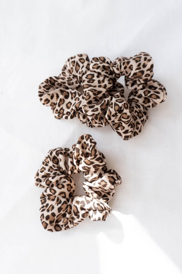 nachhaltiges Scrunchie Haargummi in Leoprint aus Ecovero stoff 2 <ul> <li>Handgefertigt in Deutschland, München</li> <li>Vegan</li> <li>100% Tencel / 100% EcoVero-Viscose</li> </ul>