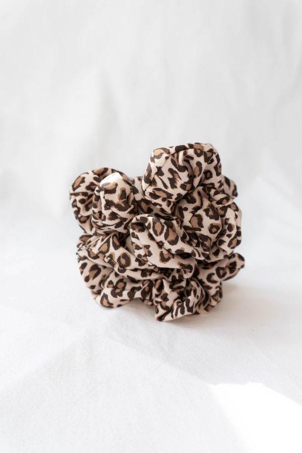 nachhaltiges Scrunchie Haargummi in Leoprint aus Ecovero-stoff