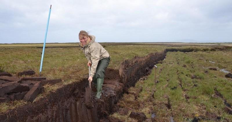 Manufakturen-Blog: Birgit Bornemeier beim Torfstechen-Selbstversuch auf Islay bei Laphroaig (Foto: Reisekultouren)