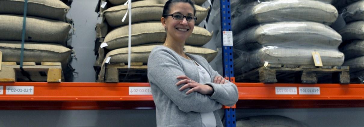 Manufakturen-Blog: Kaffee-Unternehmerin Cornelia Dotschat von de koffiemann im Rohkaffee-Lager (Foto: Wigmar Bressel)