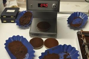Manufakturen-Blog: Drei unterschiedlich lange Röstungen werden bei de koffiemann farblich kontrolliert - das dient der Überprüfung der Rohkaffeelieferung auf das Zusammenspiel mit dem Trommelröster - schließlich handelt es sich bei Manufakturkaffee immer noch um ein Naturprodukt (Foto: Wigmar Bressel