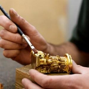 Manufakturen-Blog: Auftragen von Blattgold für einen Beschlag (Foto: Döttling)