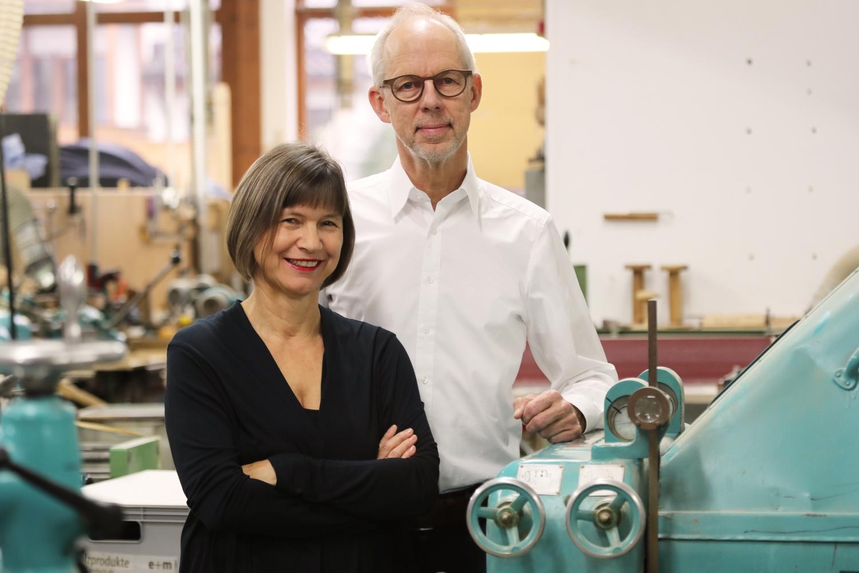 Manufakturen-Blog: Brigitte Federhofer-Mümmler und Wolfram Mümmler in ihrem Betrieb - seit vielen Jahren denken sie sich immer neue Schreibgeräte aus Holz aus (Foto: e+m Holzprodukte)