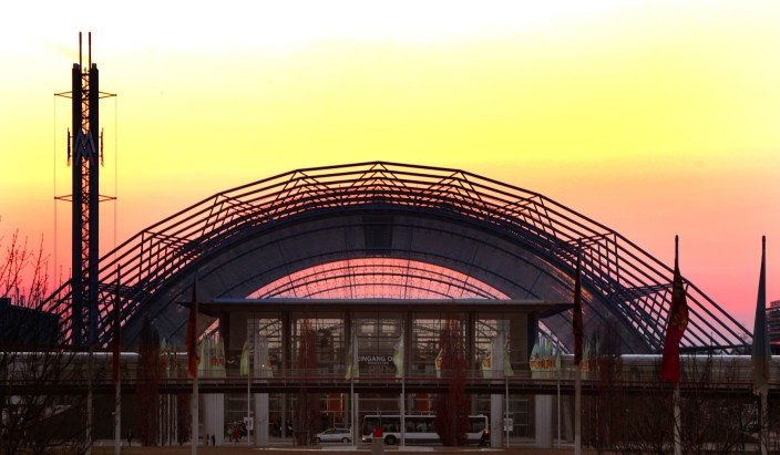Manufakturen-Blog: Glashalle der Leipziger Messe im Abendrot (Foto: Leipziger Messe GmbH)