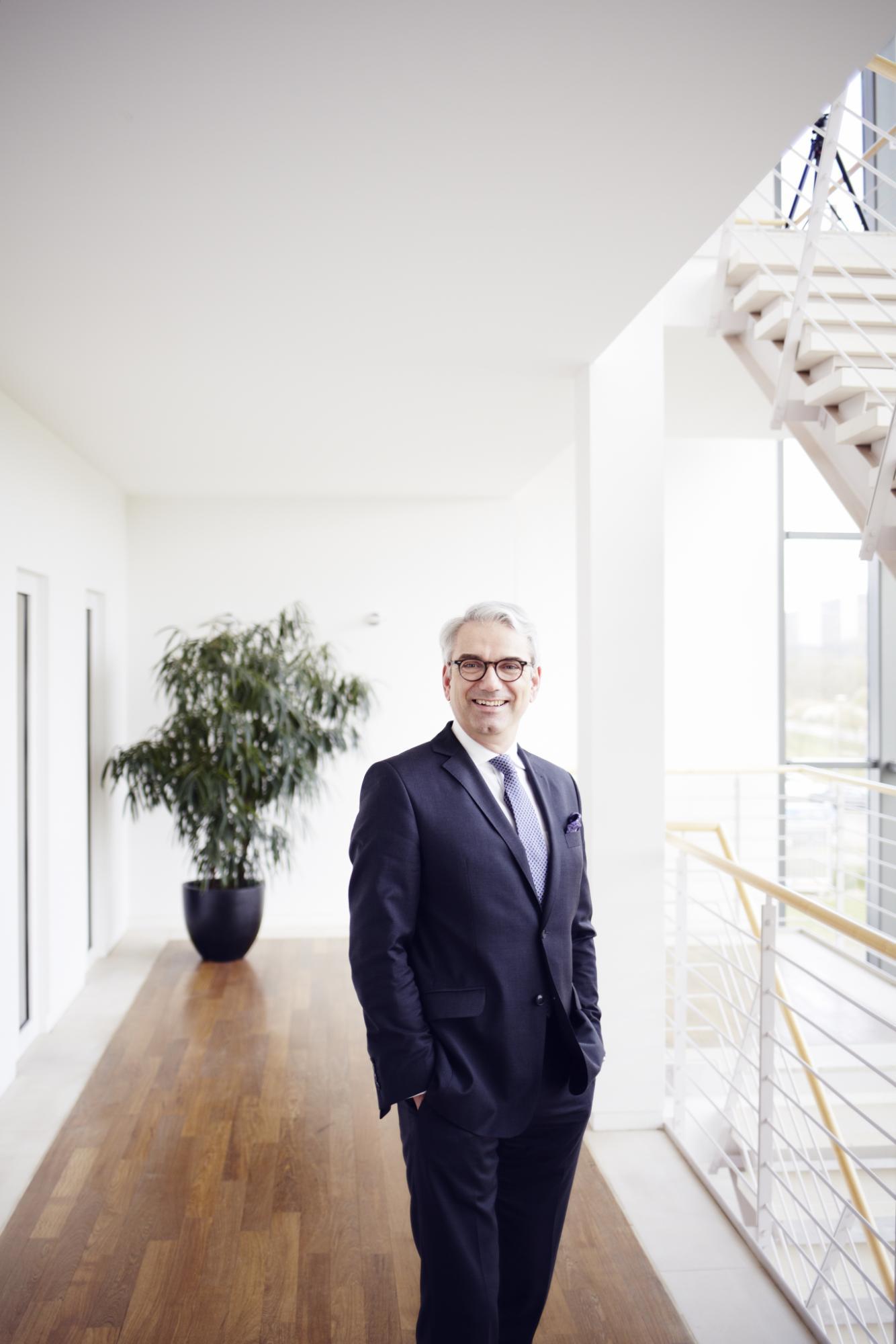 Manufakturen-Blog: Axel Schramm hat das Familienunternehmen groß gemacht, steht den deutschen Möbelherstellern vor (Foto: Schramm Werkstätten)
