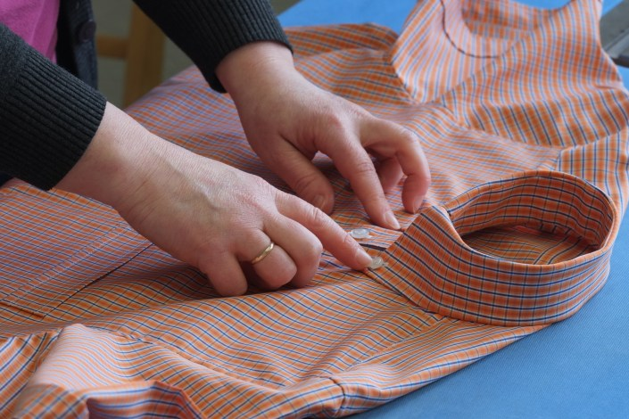 Manufakturen-Blog: Endkontrolle eines Hemdes mit Button-down-Kragen bei Campe & Ohff in Lauterbach (Foto: Martin Specht)