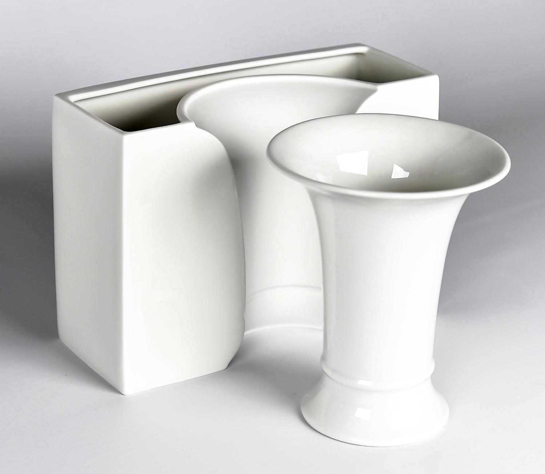 """Manufakturen-Blog: Trompetenvase """"alt"""" - vorne - und Vase """"neu"""" mit dem Eindruck der Trompetenvase (Foto: Höchster Porzellanmanufaktur)"""