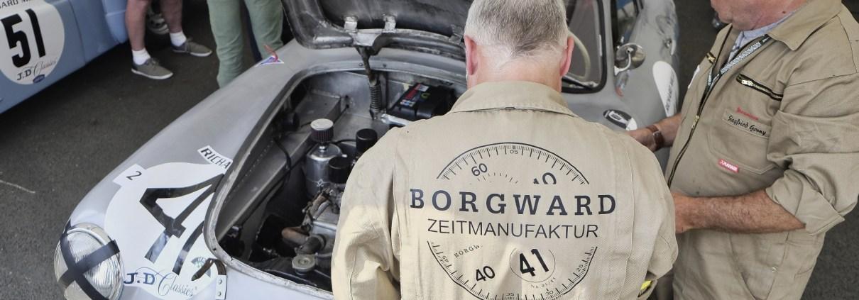 Manufakturen-Blog: Das Borgward Zeitmanufaktur Rennteam bei der Arbeit am historischen Rennwagen (Foto: Jürgen Betz, Borgward Zeitmanufaktur)