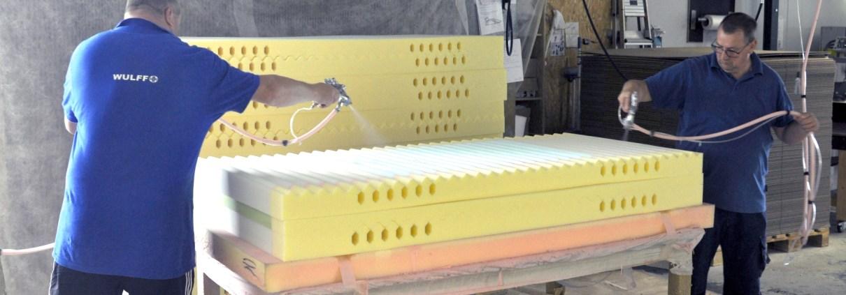 Manufakturen-Blog: Aufbau des Matratzenkerns bei Wulff Med Tec in Fedderingen (Foto: Wigmar Bressel)