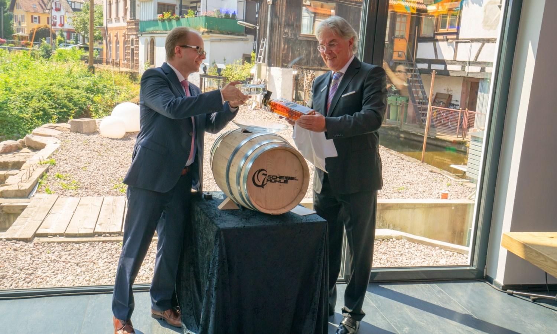 Manufakturen-Blog: Michael Scheibel (r.) und Chef-Destillator Frank Blechschmidt bei der feierlichen Taufe der ersten Abfüllung (Foto: Scheibel)