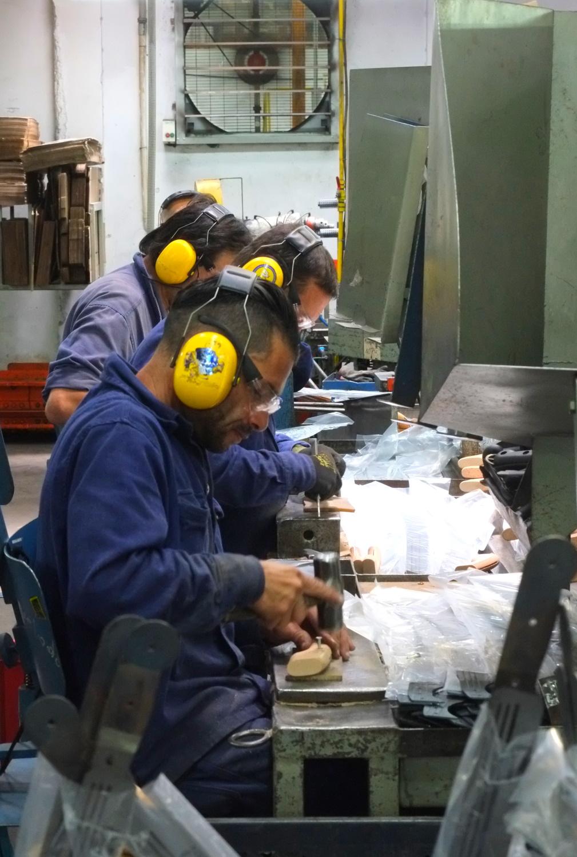 Manufakturen-Blog: Bei INCOLMA Macheten in Manizales Kolumbien Befestigen der Griffe (Foto: Martin Specht)
