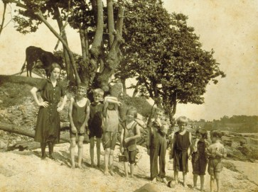 Children and Bradley family picnic, West Haven vicinity, 1914. Connecticut Historical Society collections.
