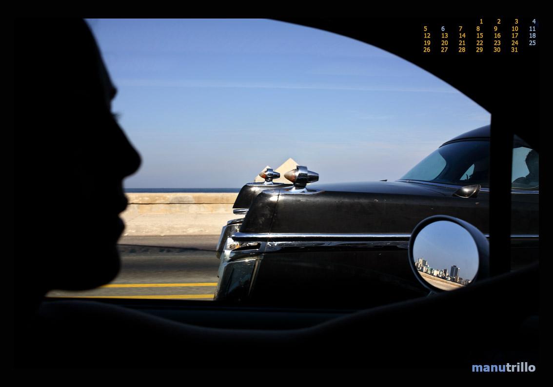 Nk conduciendo por el Malecón a la altura del Vedado.