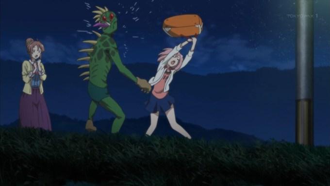 かばんで殴る木春由乃(サクラクエスト1話画像)