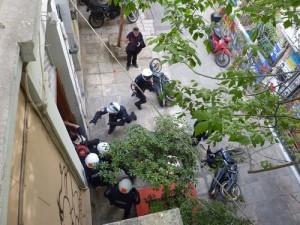 5 Μαΐου 2010: Η μαζικότατη απεργιακή διαδήλωση ενάντια στο Μνημόνιο σημαδεύτηκε από τον φονικό εμπρησμό της Marfin. Λίγοι θυμούνται ότι το ίδιο απόγευμα άντρες της ομάδας ΔΕΛΤΑ εισέβαλαν στο Στέκι Μεταναστών της οδού Τσαμαδού στα Εξάρχεια, διαπράττοντας βανδαλισμούς στον χώρο και τραυματίζοντας πολίτες. Το 2013 οι άντρες της ΔΕΛΤΑ αθωώνονται λόγω αμφιβολιών
