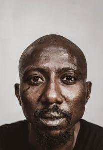 homem negro olhando para a câmera com intensidade