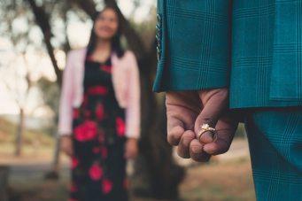 homem segura um anel de noivado em suas mãos para fazer o pedido de casamento