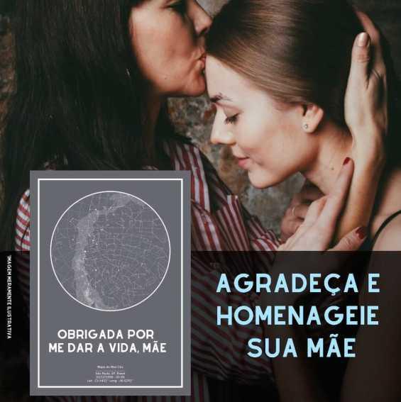 Mãe beija a cabeça de filha e um mapa do meu céu cinza traz mensagem de homenagem para mãe