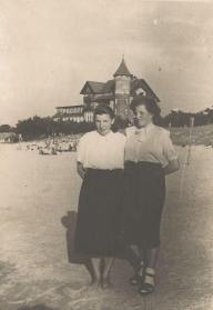 Łeba, plaża przy hotelu neptun, z prawej – Helena Kasprzak.