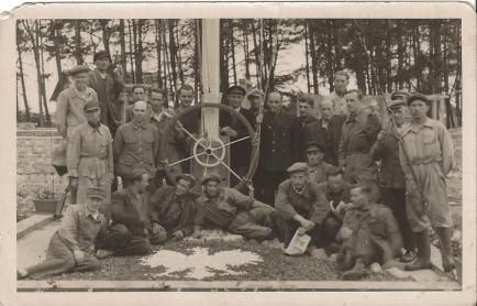 Pracownicy Gdańskiego Urzędu Morskiego (z prawej strony przy słupie – Antoni Charynek).