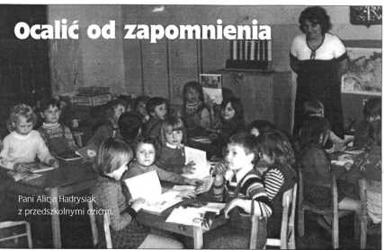 Pani Alicja Hadrysiak z przedszkolnymi dziećmi.