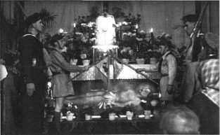 Grób Pański w naszym kościele, rok 1949; harcerz z lewej to Edward Kubiak