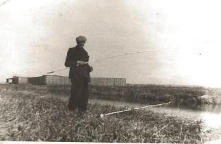 Wacław Siuchniński na polach przy Szkole Podstawowej w Łebie.
