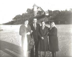 Plaża w Łebie, z lewej – Krystyna Specjalska, z prawej – Irena Piotrowska.