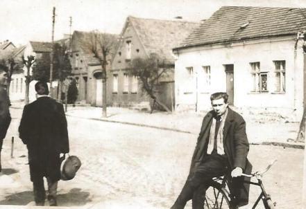 Łeba, lata 70., Stanisław Rozwora na ulicy Kościuszki w Łebie.