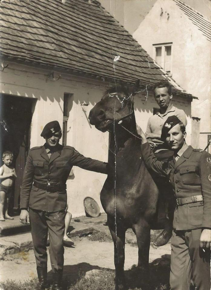 Dom p. Sędzików przy ul. Kościuszki 116. (z prawej – Tadeusz Sędzik, na koniu siedzi Bronisław Jaster).