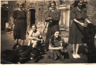 Łeba, ul. Zielona, Domicela i Franciszek Sowa oraz córka Janina, niżej z lewej – córki: Irena i Teresa.
