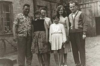 Łeba, ul. Świerczewskiego, od lewej: Witold Ziębicki, Zofia Ziębicka oraz ich córki: Aurelia i Wiesława.