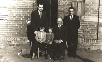 Michał Raubo z synami: (od lewej) Bronisławem i Alfonsem oraz wnukami: Jerzym i Anną.