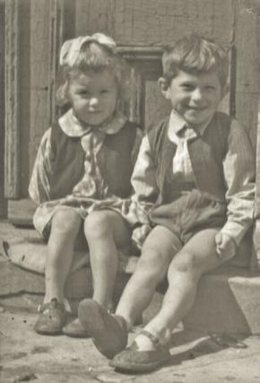 Kazimierz Burzyński z siostrą Teresą na progu domu - Łeba rok 1953