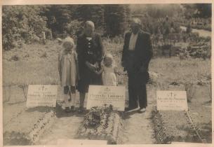 Franciszka i Bolesław Piaseccy z córkami Ireną i Hanną przy grobie syna Tadeusza