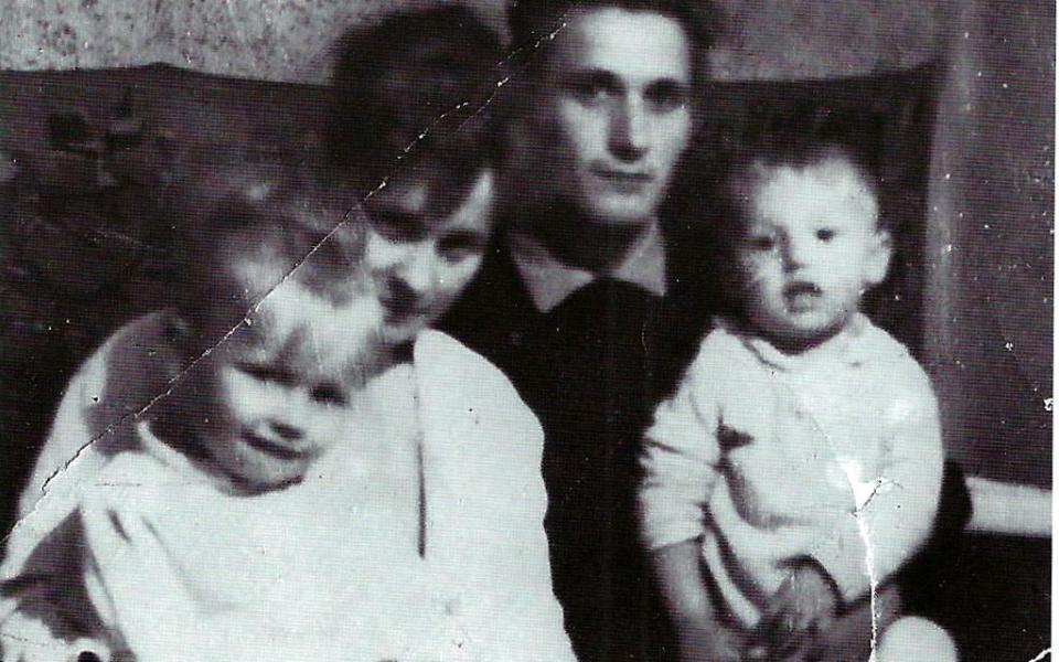 Stefania i Henryk Pietrusińscy z dziećmi.