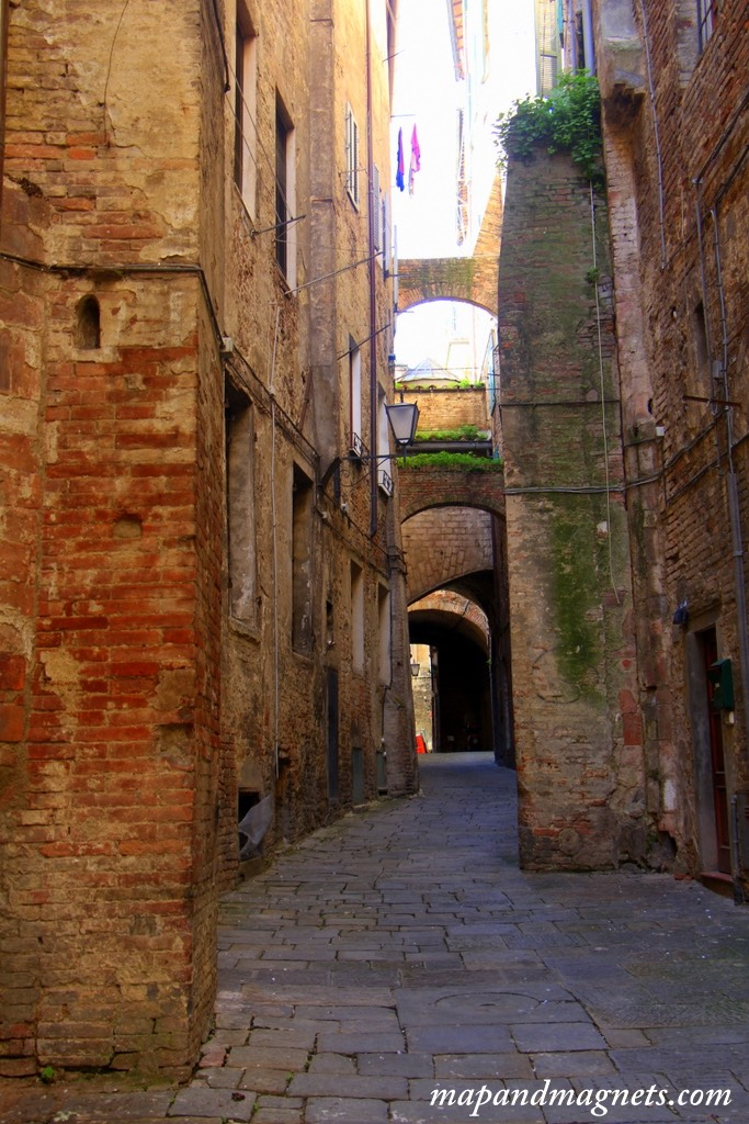 narrow-streets-of-siena