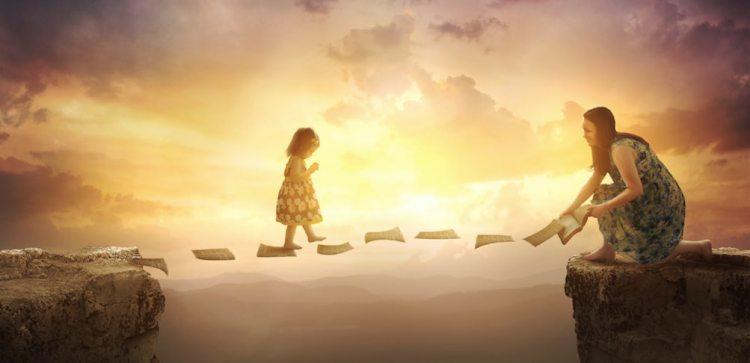 Maman aide petite fille à traverserun gouffre en marchant sur les pages d'un livre.