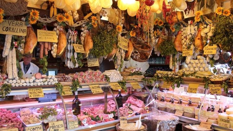 Etal de boucherie foisonnant de viandes et charcuteries