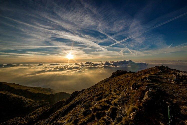 Paysage de montagne avec lever de soleil.